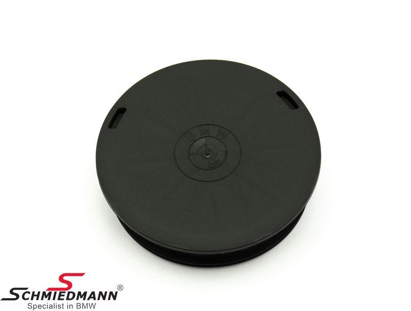 Covering cap  for belt pulley on the crankshaft for the V-belt
