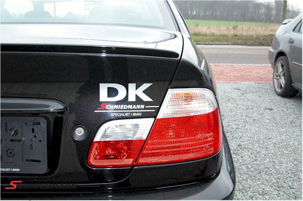 """DK skilt Schmiedmann rødt """"S"""" resten i sølv"""